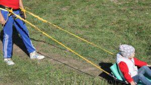 Страховка ребёнка при катании в санях-волокушах.